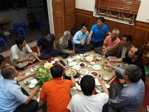 Tiệc ăn mừng giản dị ở nhà riêng tuyển thủ Quang Hải sau trận đấu. Ảnh: Quang Chiến