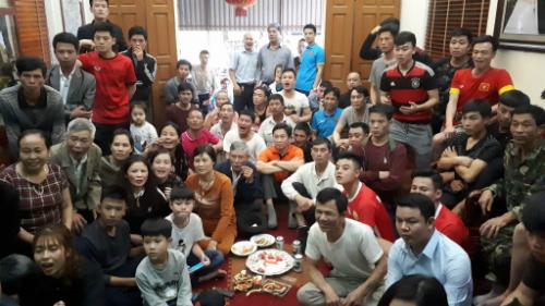 Người thân và hàng xóm theo dõi trận đấu ở nhà tuyển thủ Quang Hải. Ảnh: Quang Chiến.