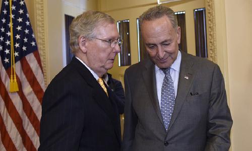 McConnell (trái) thảo luận với lãnh đạo đảng Dân chủ tại Thượng viện Chuck Schumer. Ảnh: AP.