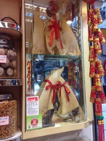 Vây cá mập được bày bán ở Hong Kong. Ảnh: SCMP.