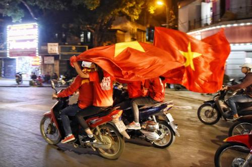 Dòng người mang theo cờ đổ ra đường phố trung tâm Hà Nội ăn mừng sau trận thắng của đội tuyển U23 Việt Nam trước U23Iraq. Ảnh:Giang Huy