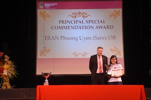Nữ sinh Việt Nam tốt nghiệp kỳ thi tú tài quốc tế với toàn điểm A