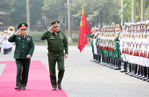 Bộ trưởng Quốc phòng Việt - Nga cùng duyệt đội danh dự. Ảnh: Ngọc Thành.