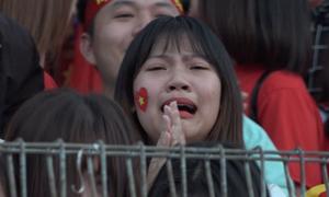 Cổ động viên khóc nức nở khi U23 Việt Nam kết thúc loạt đá luân lưu