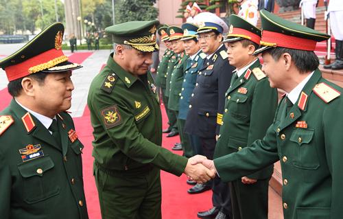 Bộ trưởngSergei Shoigu bắt tay thăm hỏi cán bộ Bộ Quốc phòng Việt Nam. Ảnh: Ngọc Thành.