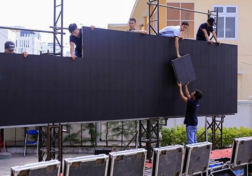 Màn hình led lớn nhất Đà Nẵng đang được lắp đặt để phục vụ trận bán kết giữa Việt Nam và Qatar chiều 23/1. Ảnh:Nguyễn Đông