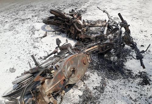 Hai xe máy cháy trơ khung sau cú tông. Ảnh: Nguyệt Triều.