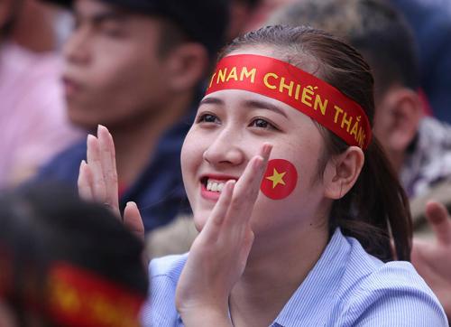 Bạn trẻ khắp nơi ủng hộ đội bóng U23 Việt Nam. Ảnh: Nguyễn Đông.