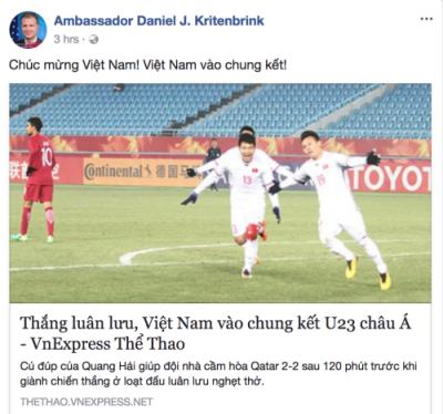 Đại sứ Mỹ chúc mừng Việt Nam sau trận bóng đá lịch sử. Ảnh: Đại sứ Mỹ.