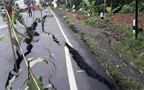 Đường ở Banten, Indonesia bị nứt trong trận động đất.Ảnh: Twitter.