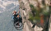 Ngồi xe lăn, vận động viên Trung Quốc vẫn leo núi cao gần 500 m