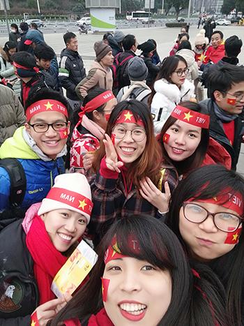 Chị Mai Anh (hàng đầu, ở giữa), cùng các bạn tới sân vận động Thường Châu xem trận bán kết giữa Việt Nam và Qatar. Ảnh: Mai Anh.