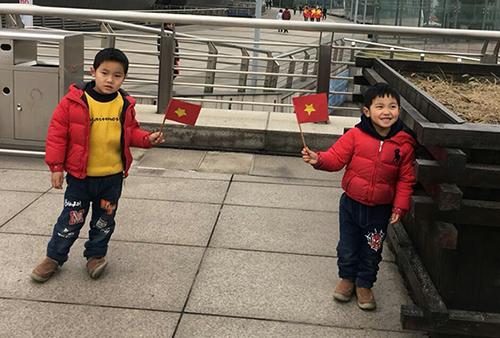 Hai cổ động viên nhí của Việt Nam có bố là người Trung Quốc, mẹ là chị Hải Yến, người Việt Nam. Ảnh: Hải Yến.