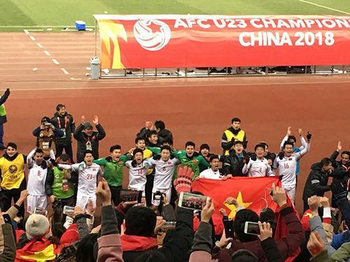 Cầu thủ đội tuyển U23 Việt Nam chia vui cùng các cổ động viên trên sân Thường Châu. Ảnh: Hải Yến.