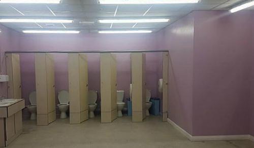 Nhà vệ sinh nữ trở thành khu vực mở, ngay phía trước là camera giám sát.