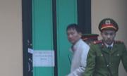 Cảnh sát áp giải ông Trịnh Xuân Thanh và 7 bị cáo đến tòa án