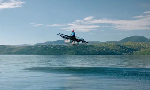 Máy bayKitty Hawk Flyer bay trên mặt nước. Ảnh: Sputnik News.