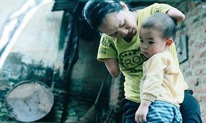 Người mẹ tật nguyền chăm con nhỏ bằng chân