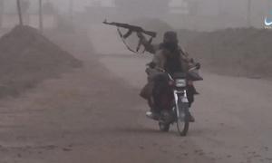 Phiến quân IS lái xe máy, bắn súng một tay khi giao tranh tại Syria
