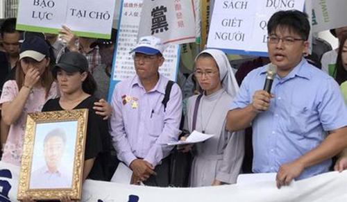 ÔngNguyen Quoc Dong,cha củalao động Nguyen Quoc Phi, cùng người Việt tại Đài Loan biểu tình phản đối cảnh sát bạo lực. Ảnh: