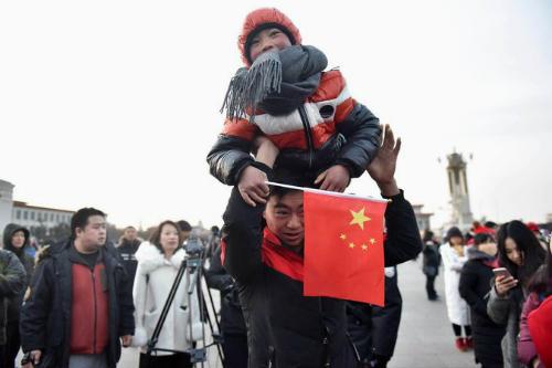 Vương Phú Mẫn và bố vẫy cờ ở quảng trường Thiên An Môn. Ảnh:Visual China Group.