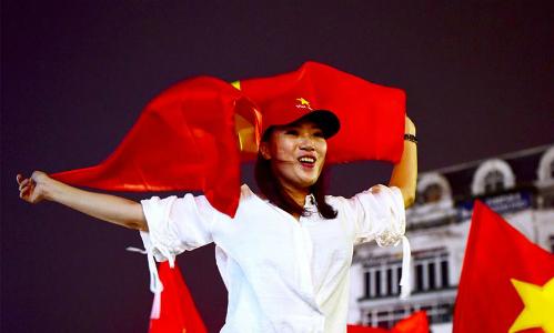 Người hâm mộ bóng đá ở Hà Nội ăn mừng sau chiến thắng của U23 ngày 23/1. Ảnh: Giang Huy.