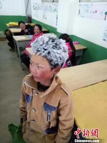 Vương Phú Mẫn có mái tóc đóng băng sau khi đi bộ 5 km từ nhà đến trường. Ảnh: Chinanews.