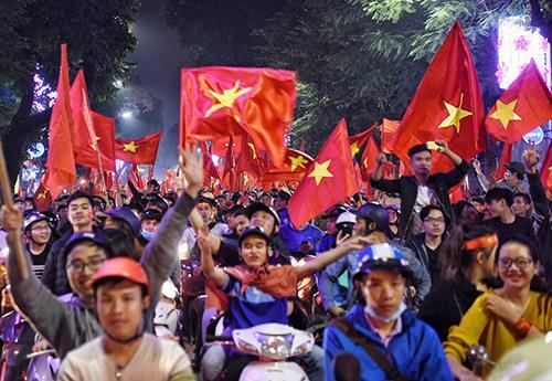 Người hâm mộ Việt Nam háo hức xuống đường cổ vũ chiến thắng của đội bóng U23. Ảnh: Giang Huy