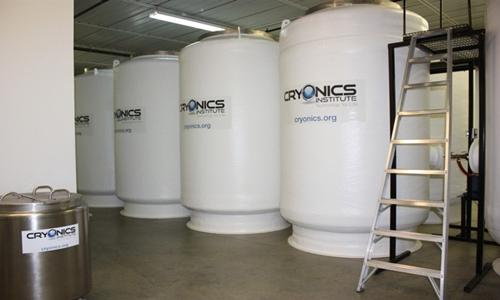 Các bồn chứa nitơ lỏng đựng các thi thể đông lạnh chờ hồi sinh. Ảnh: Viện Cryonics.