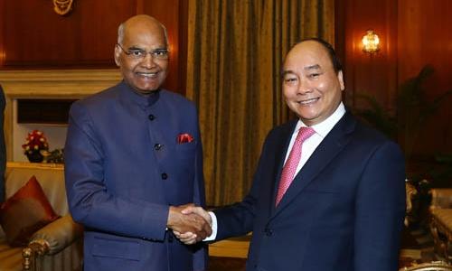 Thủ tướng Nguyễn Xuân Phúc bắt tay Tổng thống Ấn ĐộRam Nath Kovind. Ảnh: VGP.
