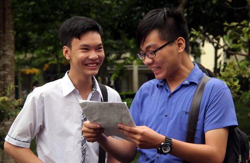 Thí sinh vui mừng sau kỳ thi THPT quốc gia 2017, đề thi chỉ tập trung vào chương trình lớp 12. Ảnh: Phước Tuấn.