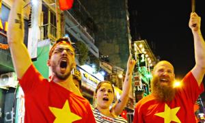Khách Tây nhảy múa mừng đội tuyển U23 Việt Nam
