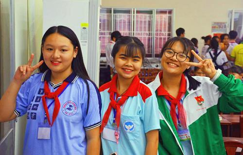 Vân Anh (bìa phải)hiện là Phó chủ tịch Hội đồng trẻ em TP HCM nhiệm kỳ 2017- 2018. Ở trường, Vân Anh là liên đội trưởng, lớp trưởng, chi hội trưởng.