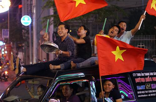 Người hâm mộ bóng đá Việt Nam xuống đường ăn mừng chiến thắng của đội U23 vào tối 23/1. Ảnh: Nguyệt Triều.
