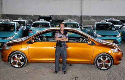 Người thợ già bên chiếc xe đặc biệt. Ảnh: Caters News.