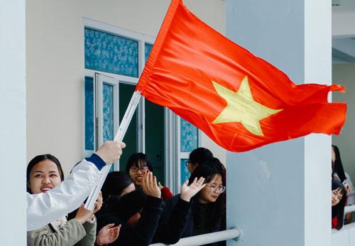 Học sinh THPT chuyên Thái Bình vẫy cờ chúc mừng chiến thắng củađội tuyển bóng đá U23 Việt Nam. Ảnh:Khoảnh khắc chuyên Thái Bình.