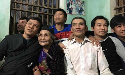 Ông Bùi Văn Khánh (áo trắng) - bố thủ thành Tiến Dũng cùng người thân tập trung theo dõi con trai thi đấu. Ảnh: Lam Sơn.