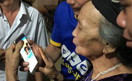 Bà nội thủ thành Tiến Dũng nói chuyện qua facebook với đứa cháu cưng. Ảnh: Lam Sơn.