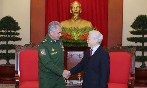 Tổng Bí thư Việt Nam Nguyễn Phú Trọng, phải, đón tiếp Bộ trưởng Quốc phòng Nga Shoigu ngày 23/1 tại Hà Nội. Ảnh: TTXVN.
