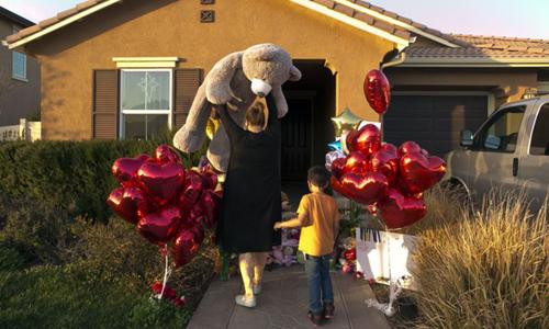 Hàng xóm Liza Tozier và con trai Avery Sanchez tặng gấu bông làm quà cho 13 người con nhà Turpin. Ảnh: AP.