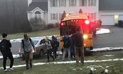 Xe chở học sinh Mỹ mất kiểm soát trên đường đóng băng