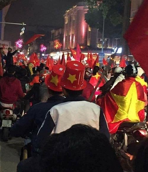 Mũ cổ vũ chất nhất Việt Nam.