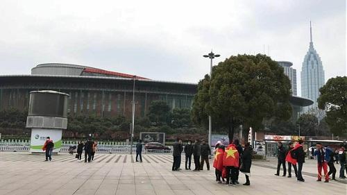 Bên ngoài Trung tâm Thể thao Olympic Thường Châu hôm 23/1, trước giờ diễn ra trận bán kết giữa đội tuyển U23 Việt Nam và Qatar. Ảnh: Trang.
