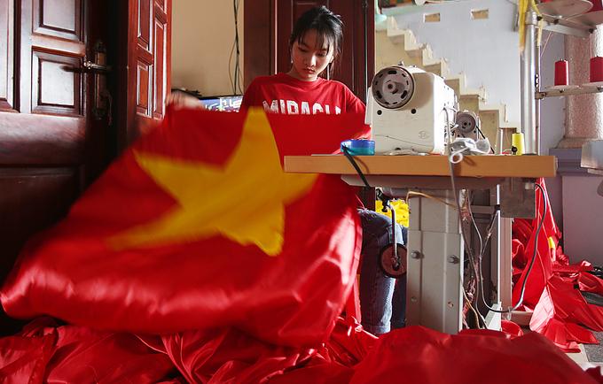 Trắng đêm sản xuất cờ đỏ, băng rôn cổ vũ U23 - ảnh thể thao