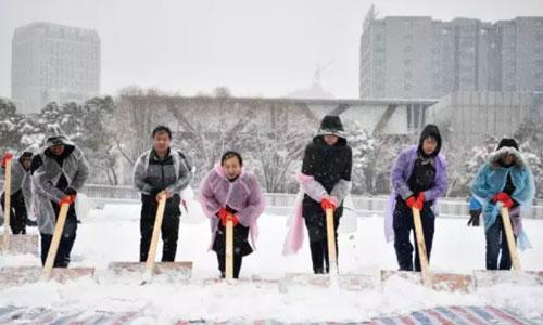 Công nhân nỗ lực dọn tuyết trên mặt sân Thường Châu. Ảnh:Sở thể dục thể thao thường châu