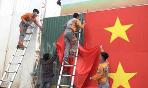 200 lá cờ tổ quốc phủ kín bức tường trên đường Hà Nội