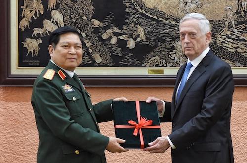 Bộ trưởng Quốc phòng ngô Xuân Lịch trao kỷ vật chiến tranh cho Bộ trưởng Quốc phòng Mỹ James Mattis. Ảnh: Giang Huy.