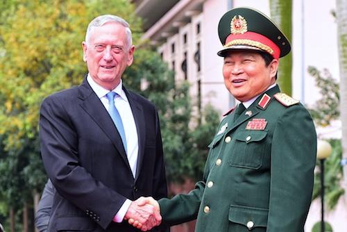 Bộ trưởng Quốc phòng Việt Nam, Đại tướng Ngô Xuân Lịch đónBộ trưởng Quốc phòng Mỹ James Mattis tại trụ sở Bộ Quốc phòng chiều 25/1. Ảnh: Giang Huy