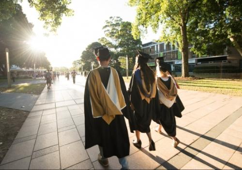 Hàng năm, có hàng nghìn sinh viên quốc tế chọn học tại các trường đại học tốt nhất ở Australia.