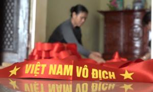 Thâu đêm sản xuất cờ và băng rôn cổ vũ U23 Việt Nam